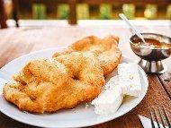 Рецепта Бързи пържени вкусни пухкави домашни мекици със захар и прясно мляко (с мая)